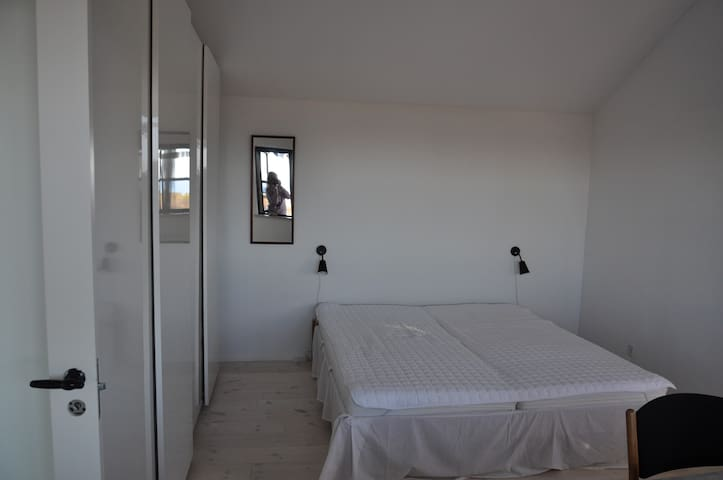 Soveværelse.  (seng 180x200). Der er plads til løse madrasser på gulvet, så her kan sove en hel familie.