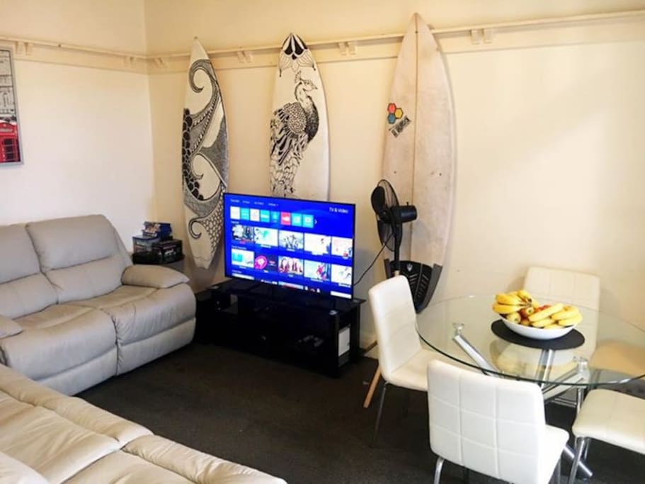 Comfortable living room to share during those late afternoons after a hike through the beach or the coastal walk