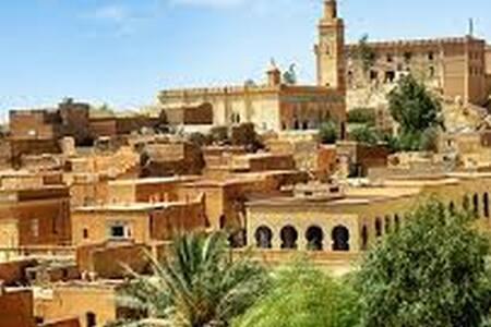 prés on charge touristes site historique sahara