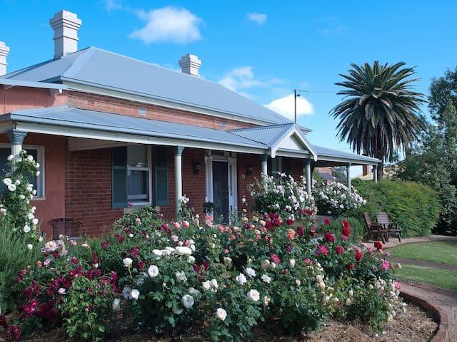 Grantham House 🐾 B&B  33 Rodd St Canowindra NSW