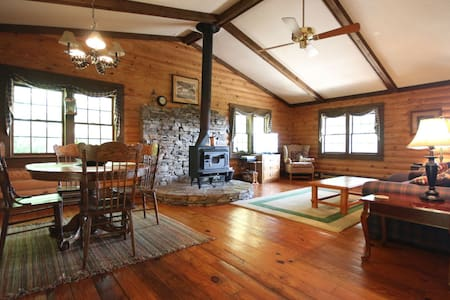 Peaceful Hillside Cabin - Brevard - Cabaña