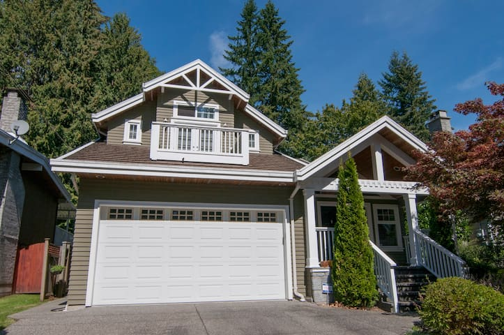 NEW!! LYNN VALLEY Arts & Crafts Home - North Vancouver - Lejlighed
