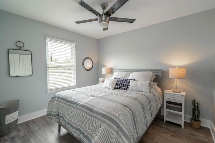 Upstairs guest bedroom w/Queen bed