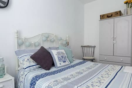 Sunny, shabby chic double room in stylish house - Portsmouth - Casa