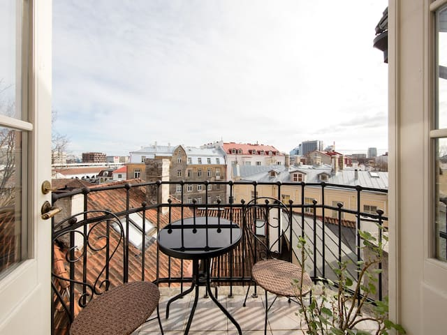 3 BR Apt in Old Town+Sauna+Fireplace+Balcony+Views