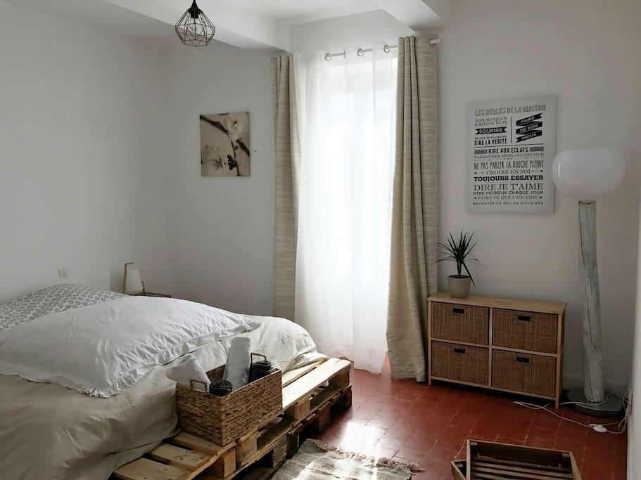 une chambre lit 180x200