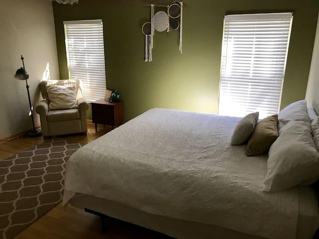 Cozy, private room in safe & quiet neighborhood!