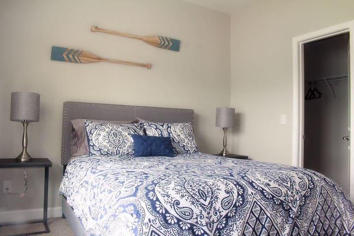 Bedroom 2 w/ large walk-in closet & smartTV