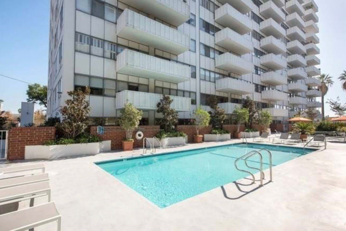 Heated pool year round with lay out area: the ultimate LA experience