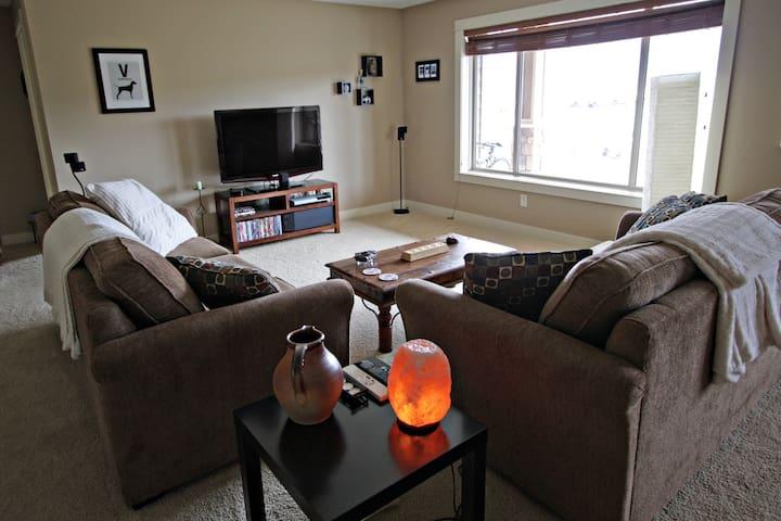 2 Bedroom Basement suite w/hot-tub