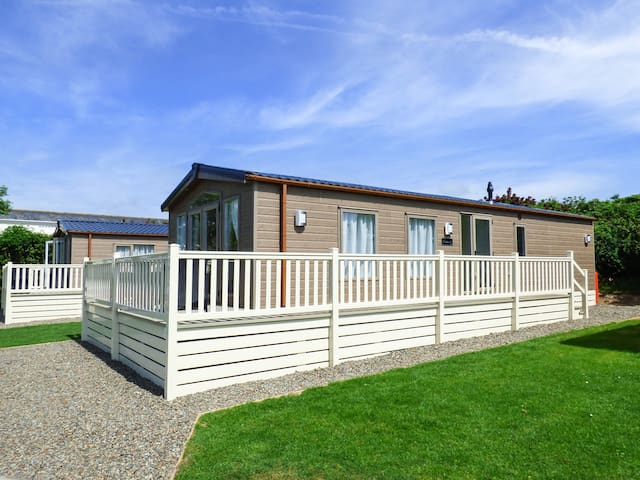 HOLIDAY HOME 5, pet friendly, with pool in Looe, Ref 962581