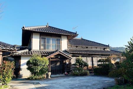 遠く阿蘇の山々が見える築70年の古民家「Aizato House」
