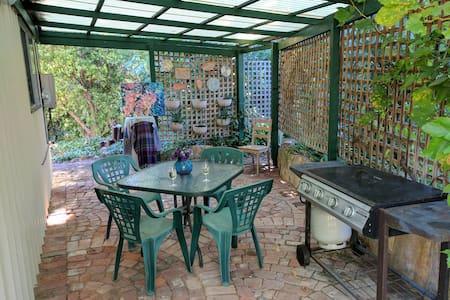 Perth Hills Garden Retreat - Mount Helena - Apartamento com serviços incluídos
