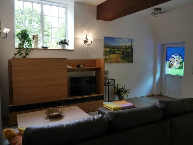Wohnküche mit Sofa für eine evtl.