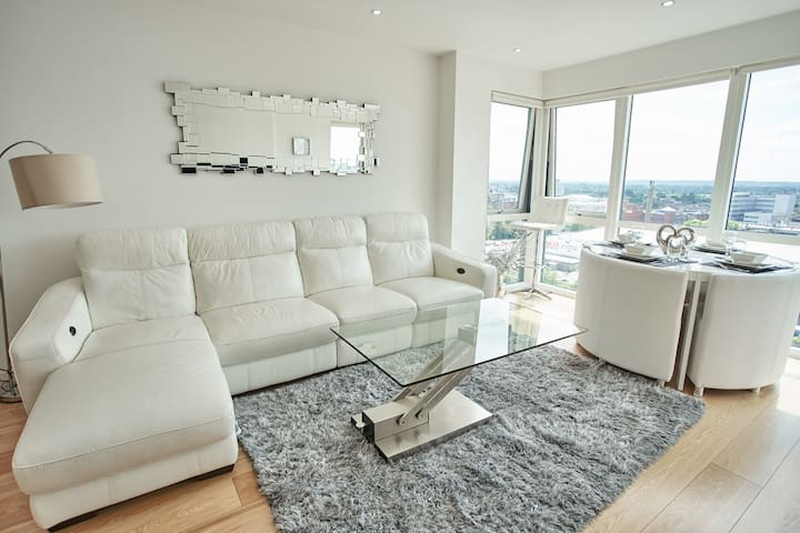 Luxury Two Bed Penthouse Apartment with Parking