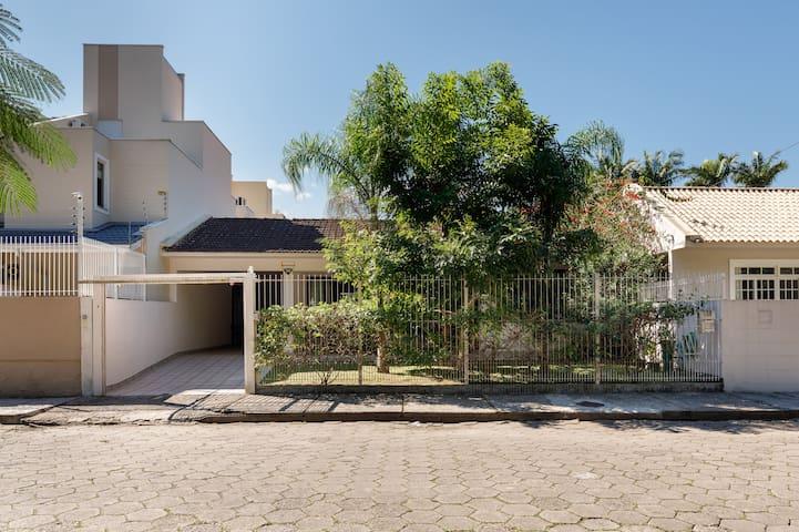 Casa espaçosa em bairro residencial próx a UFSC.