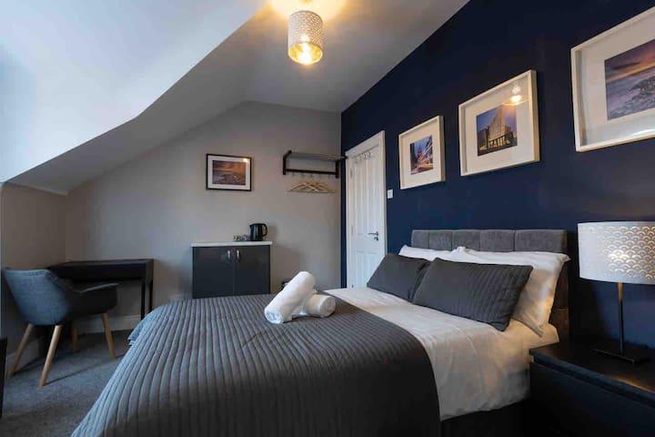 Beautiful DOUBLE en-suited room at Queens Quarter