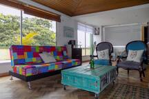 Habitación con tina, terraza, hamaca, chimenea