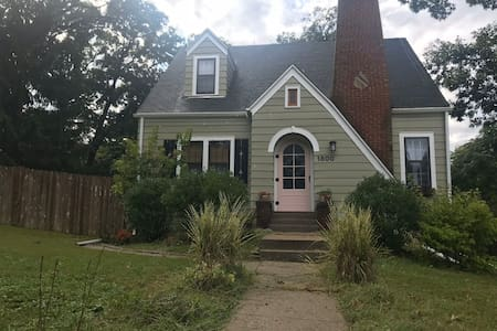 Cozy 1 bdrm house, quiet street near Drake campus