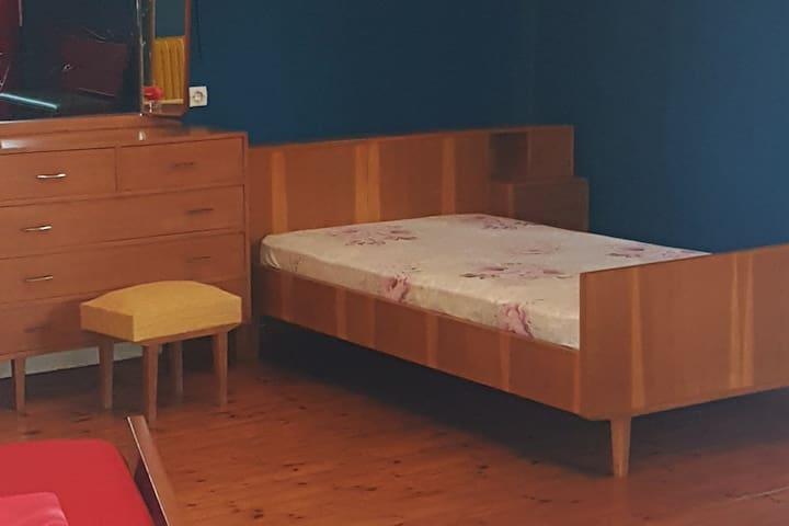 Κρεβάτι μέσα στο δωμάτιο