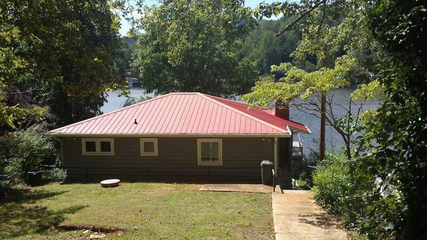 Cozy Red Roof Lakefront Cottage - Landrum - House