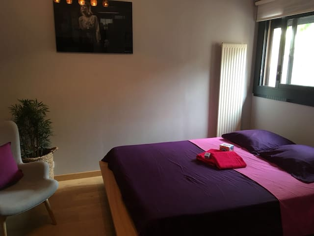 Chambre au RDC: lit 160 / Queen size bedroom on the ground floor