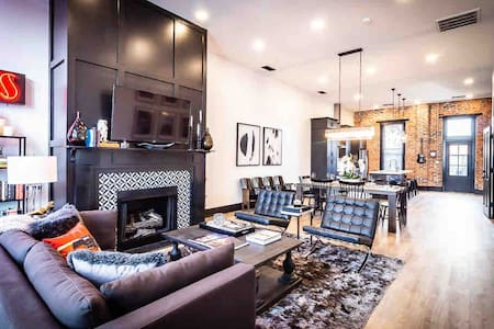 Stunning New Luxury Condo with Rooftop Theatre!
