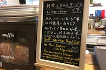 Breakfast is self-service, including cooking.Ingredients such as Bread,eggs, bacon and sausages are available.朝食はお客様ご自身で調理してください。材料はパン、卵、ベーコン、ソーセージなど用意してあります。