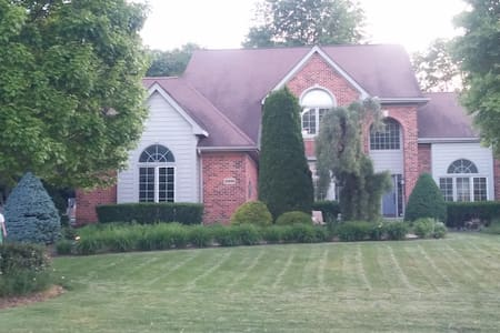 Family Reunions, Golf, Large Open Home, Rest./Bar - South Lyon