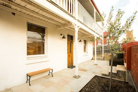 Central, spacious, and heated - North Hobart - Huis
