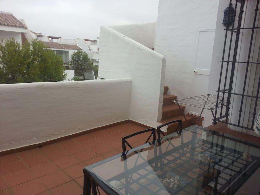 Patio que da acceso a terraza-solarium en 2ª planta.