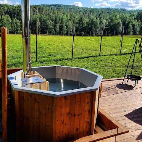 Unique glamping tent with private hot tub in Hede