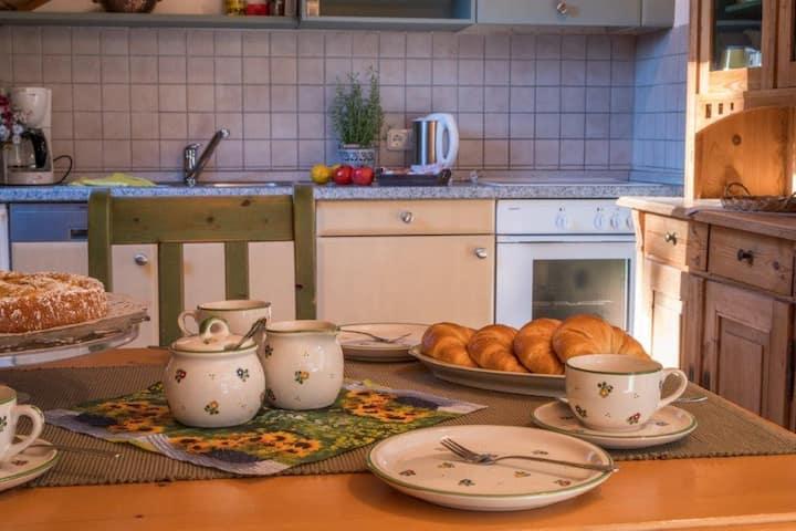 Der Schübelhof (Wunsiedel), Ferienwohnung Kornberg mit Massivholz-Möbel im Landhausstil