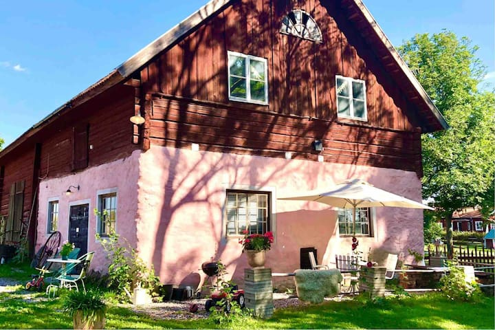 10 min from City, your own stable in a lovely area