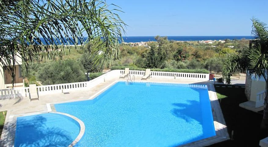 Pandora Maisonette with beautiful gardens and pool - Maleme - Hus