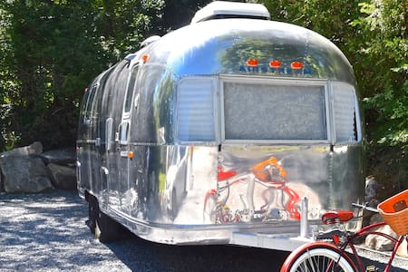 Glamp Newport -- 1977 Airstream Land Yacht - ポーツマス