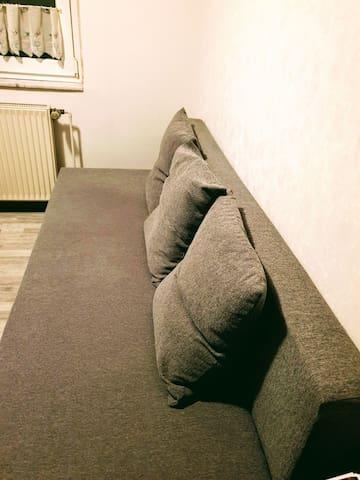 *Ruhiges Zimmer mit Arbeitsplatz und Gartenblick*