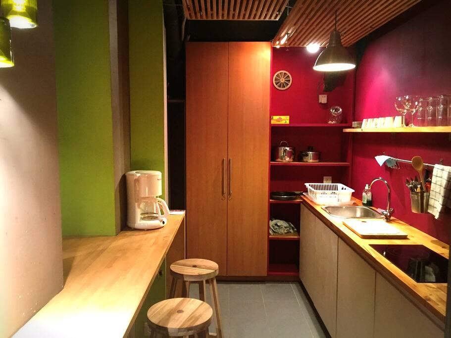 Cuisine avec Bar, Micro Ondes, Frigo, Taques Cuisson, Vaisselle, Machine à Café, Bouilloire.