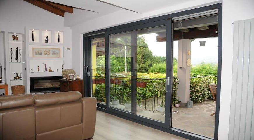 Vetrata sul patio  sofà , vetrata con porte scorrevoli nuove e tapparelle elettriche