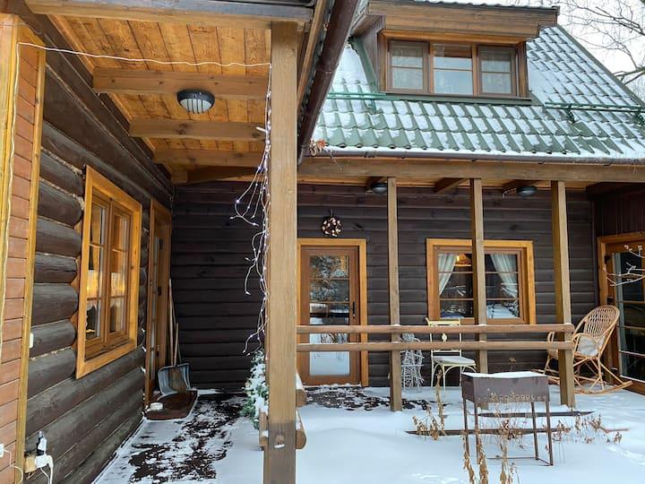 Сказочно уютный украшенный новогодний домик