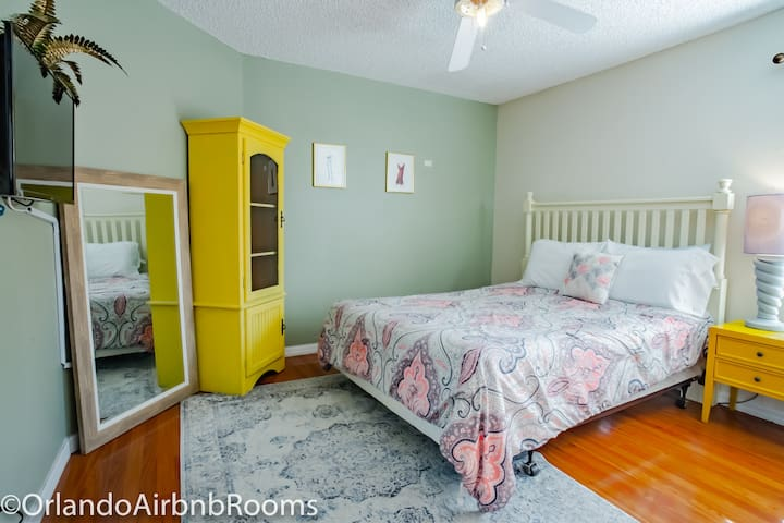 Colorful and Lively Bedroom:  Airbnb near Disney