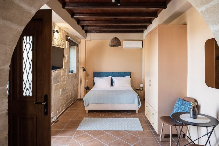 Suite at ground floor --> independent entrance , queen bed , kitchen , bathroom and satellite TV