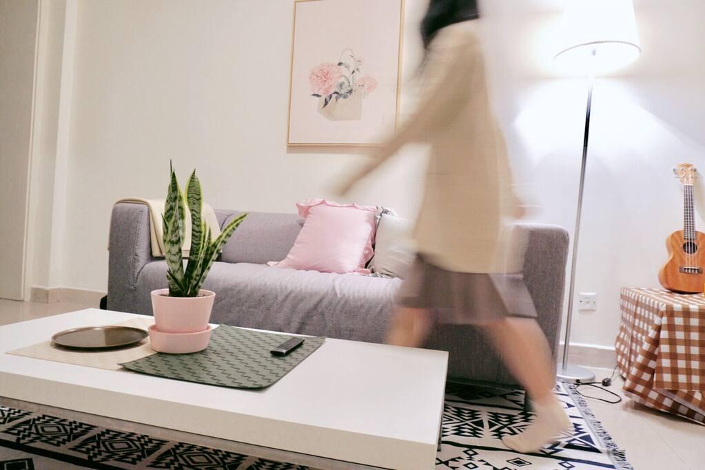 客厅顶灯使用小米智能吸顶灯,用app就可以调整各种喜欢的光源哦