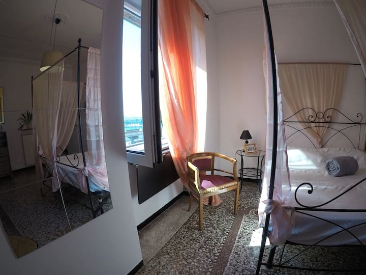 B&B Genoa in front of Old Port triple room
