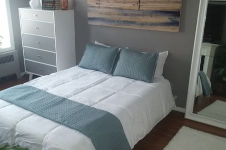 Sunny East Village Retreat - No Cleaning Fee! - Nowy Jork