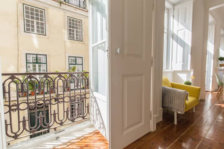 Stay in Tranquil Flat in Alfama near Sé and Castle