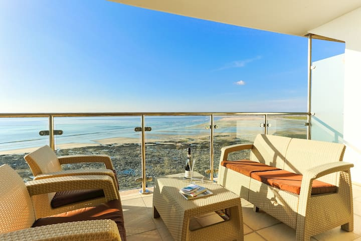 AS SEEN ON TV! Headlands Luxury Seaside Apartment