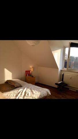 Zentrales, schönes Zimmer in 2er Wohngemeinschaft