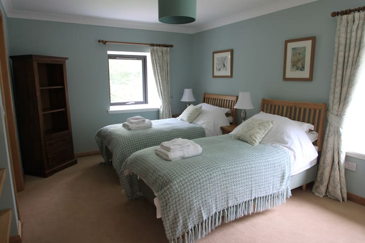 Twin bedroom. This can be set up as a double and has an en-suite shower room