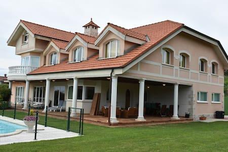 Villa privada, piscina,frontón, gym, sauna
